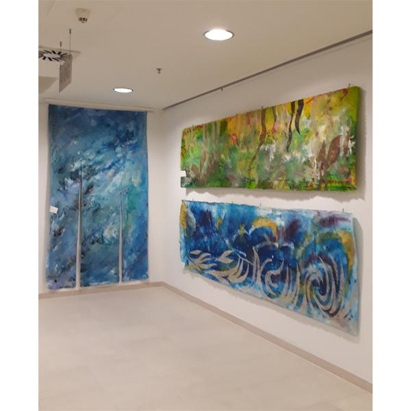 3 Bilder in blau und grün im Liftraum