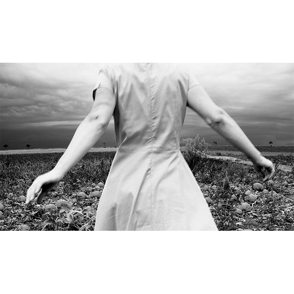 schwarz-weiß, Frau von hinten läuft in Landschaft