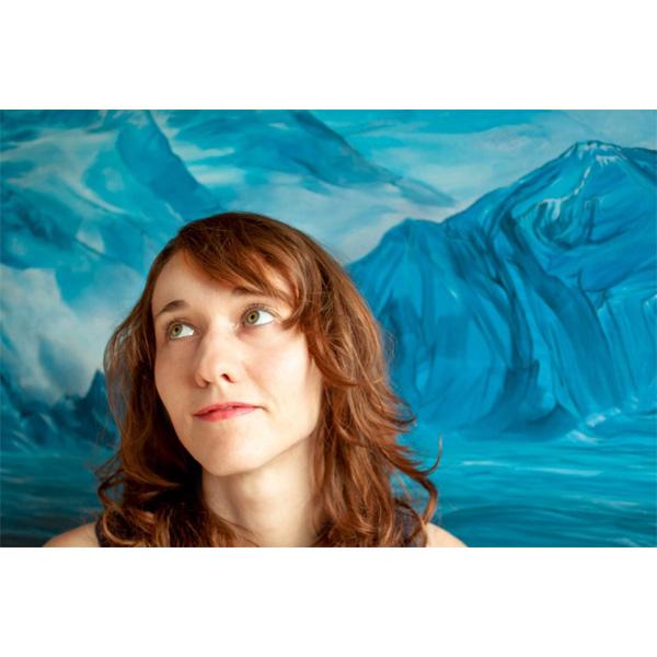 Katerina Teresidi vor einem ihrer Bilder in blau