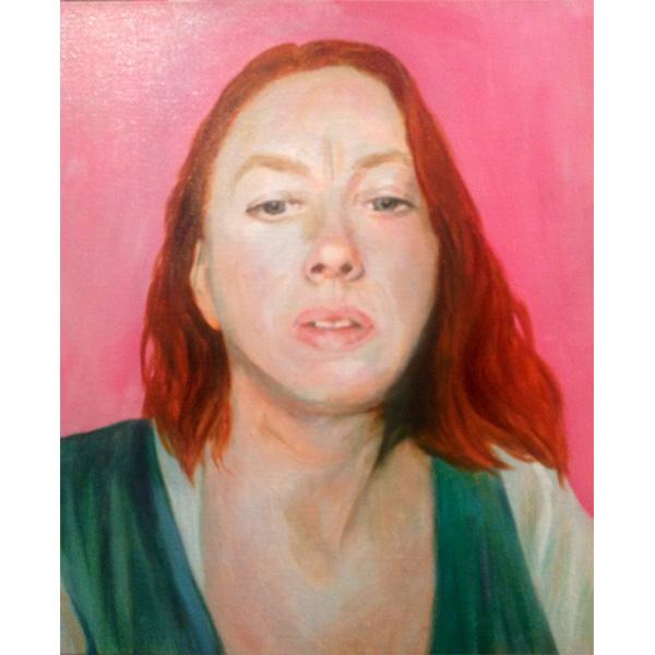 rothaarige Frau vor pinkem Hintergrund
