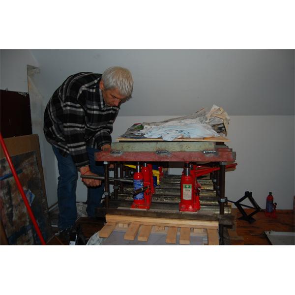 Portraitfoto Peter Kauders beim Arbeiten