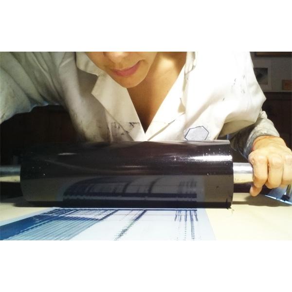 Portraitfoto Simone Caneiro beim Drucken