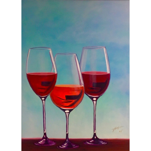 Drei Rotweingläser vor blauem Hintergrund