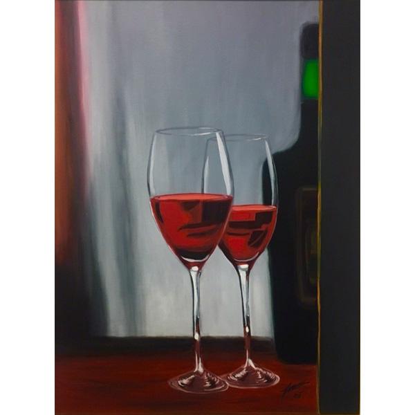 Zwei Rotweingläser mit halber Flasche rechts im Hintergrund