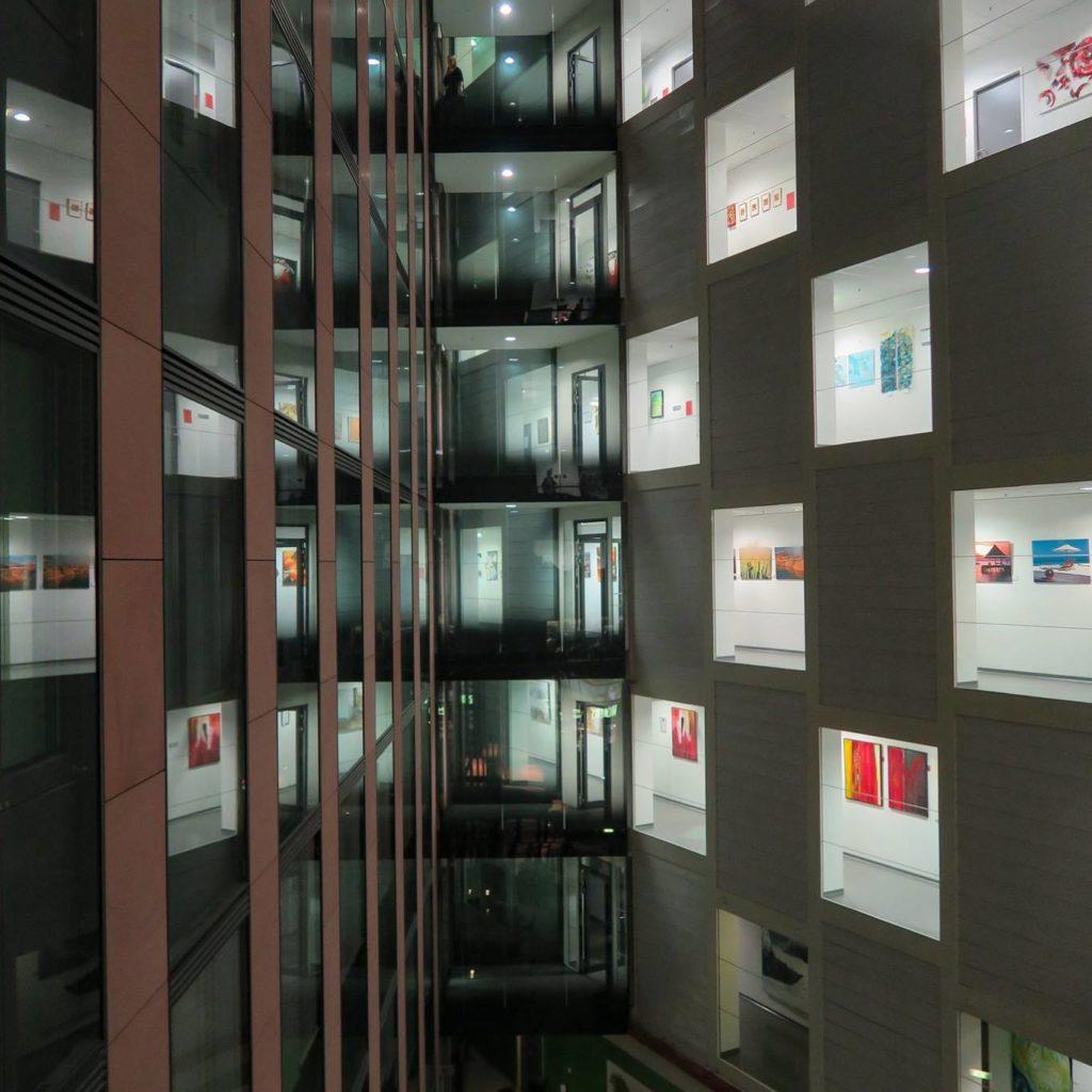 Spieglnde Innenhofansicht über mehrere Stockwerke