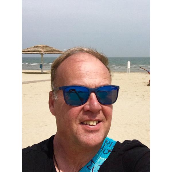 Johann Raunig mit Sonnenbrille am Strand