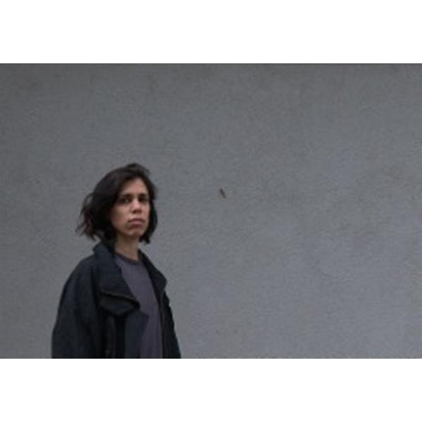 Sarah Fellner vor grauer Wand