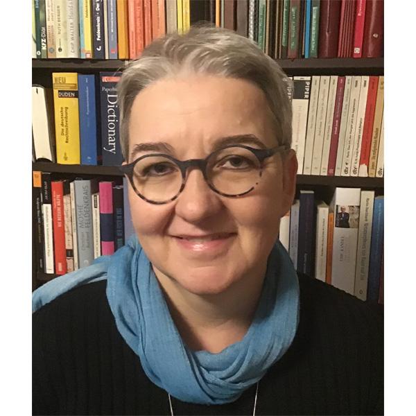 Petra Lichtenberger vor Bücherwand