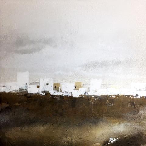 Abstrakte Landschaft in weiß, grau und braun, Häuser links im Bild