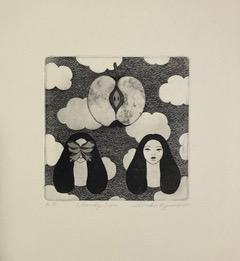 Zwei Mädchenköpfe, einer mit Schmetterling vor dem Gesicht, darüber schwebt ein halber Apfel in den Wolken