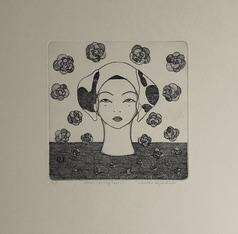 Frauenkopf auf Untergrund und es regnet Blumen